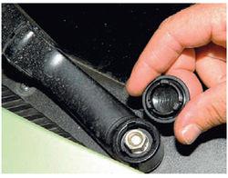 lada-kalina-snyatie-motor-reduktora-ochistitelya-vetrovogo-stekla-8.jpg