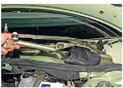 lada-kalina-snyatie-motor-reduktora-ochistitelya-vetrovogo-stekla-8_10.jpg