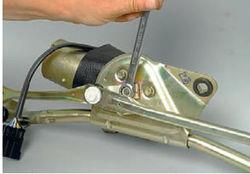 lada-kalina-snyatie-motor-reduktora-ochistitelya-vetrovogo-stekla-8_12.jpg