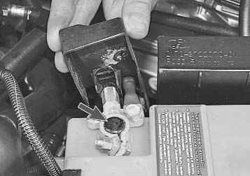 Проверка и замена регулятора напряжения со щеткодержателем ВАЗ 2170